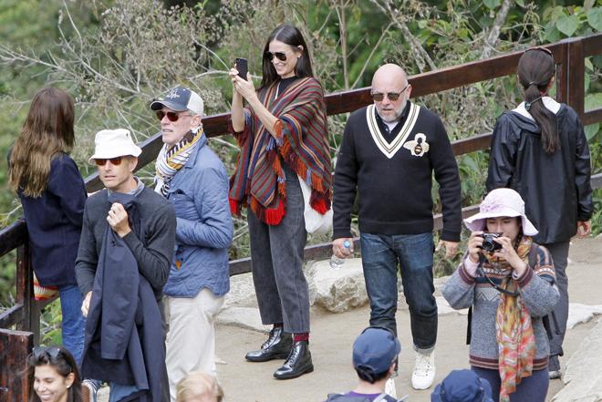 CUZ02. CUZCO (PERÚ), 20/10/2016.- Fotografía cedida por la Agencia Andina que muestra a la actriz estadounidense Demi Moore (c) durante su visita a Machu Picchu hoy, jueves 20 de octubre de 2016, en Cuzco (Perú). Demi Moore visitó hoy las ruinas incas de Machu Picchu, en la selva de la región Cuzco, en el sureste de Perú, junto a un grupo de amigos, informaron medios locales. Moore quien llegó a Lima el pasado lunes y el martes viajó al Cuzco, recorrió el famoso sitio arqueológico ataviada con un poncho de lana oscuro y tomó abundantes fotografías en el lugar, según imágenes difundidas por el Canal N de televisión. EFE/Cortesía Agencia Andina/PROHIBIDO SU USO EN PERÚ/SOLO USO EDITORIAL