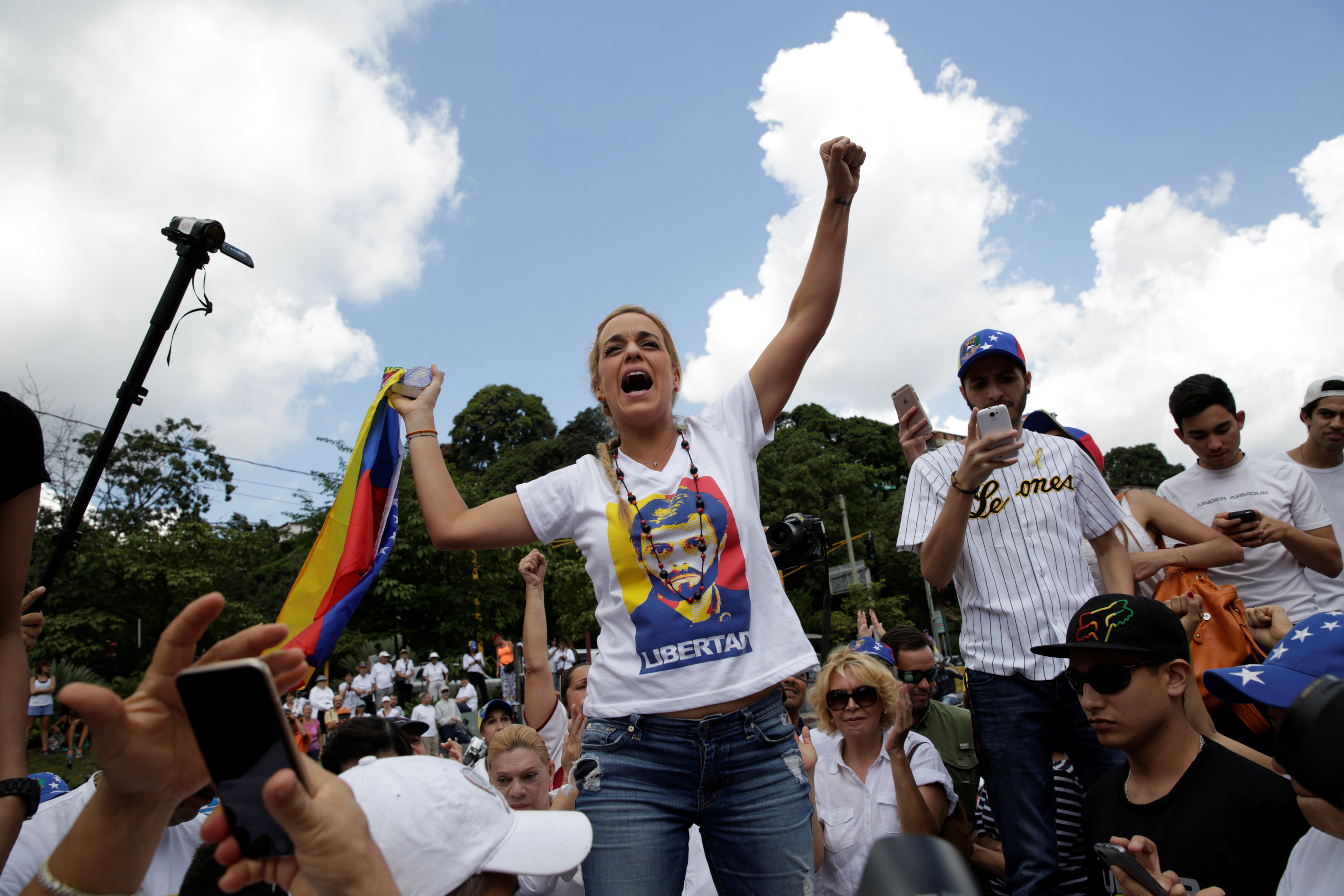 Lilian Tintori (C), wife of jailed Venezuelan opposition leader Leopoldo Lopez arrives to a rally to demand a referendum to remove Venezuela's President Nicolas Maduro in Caracas, Venezuela October 22, 2016. REUTERS/Marco Bello