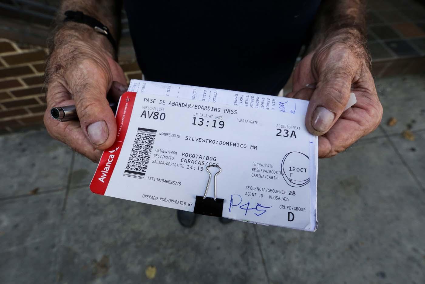 ACOMPAÑA CRÓNICA: VENEZUELA AEROLÍNEAS CAR203. CARACAS (VENEZUELA), 20/10/2016.- Un hombre muestra un boleto de avión que intentaba cambiar tras perder su vuelo en una oficina de la aerolínea colombiana Avianca hoy, jueves 20 de octubre de 2016, en Caracas (Venezuela). La merma de aerolíneas, de frecuencias y de asientos obliga a los venezolanos a sortear cada vez mayores obstáculos para hacerse con un boleto aéreo internacional, la mayoría de ellos solo abonables en moneda extranjera, en medio de la crisis que aqueja al país caribeño. EFE/CRISTIAN HERNÁNDEZ