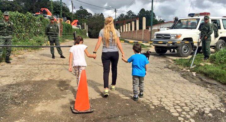 Foto:  Lilian Tintori junto a sus hijos Manuela y Leopoldo a las puertas de Ramo Verde / Twitter