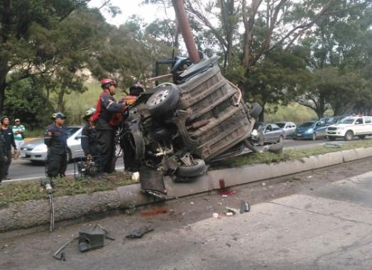 Reportan fuerte accidente en la Francisco Fajardo a la altura de Caricuao