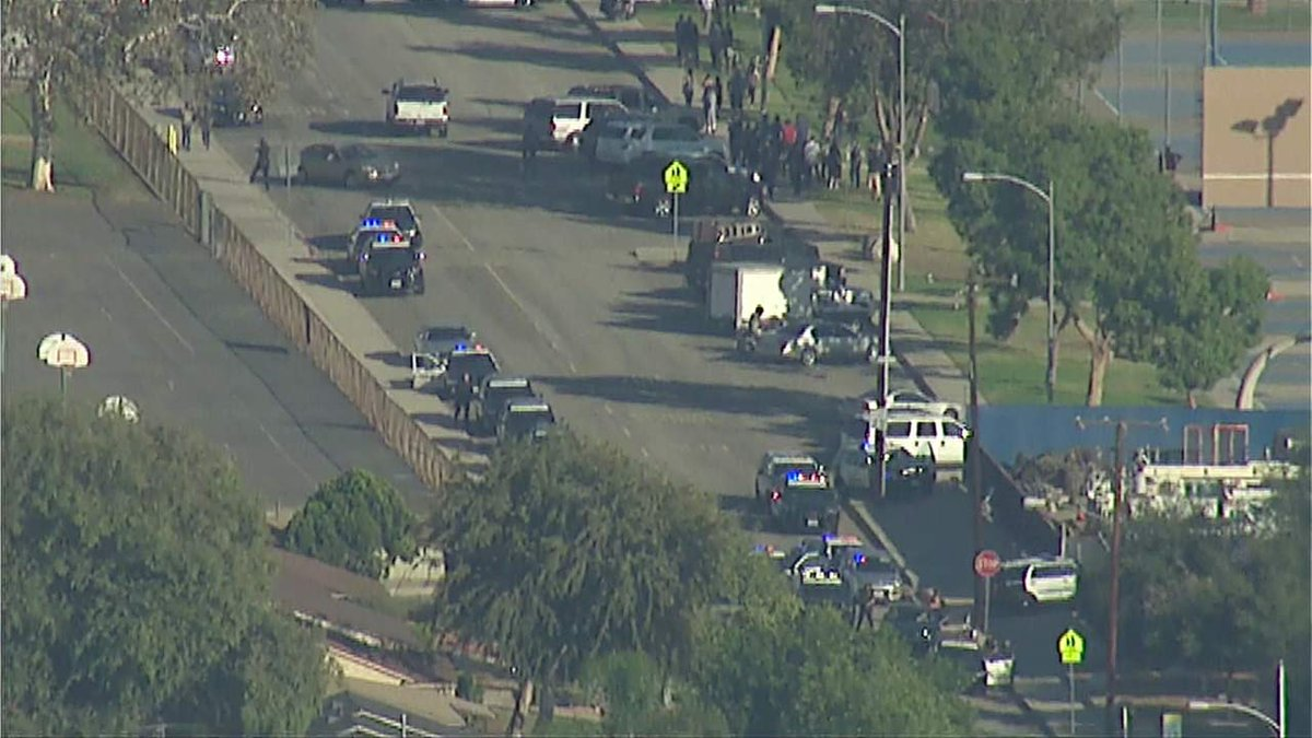 Centro electoral en California cerrado tras tiroteo en cercanías