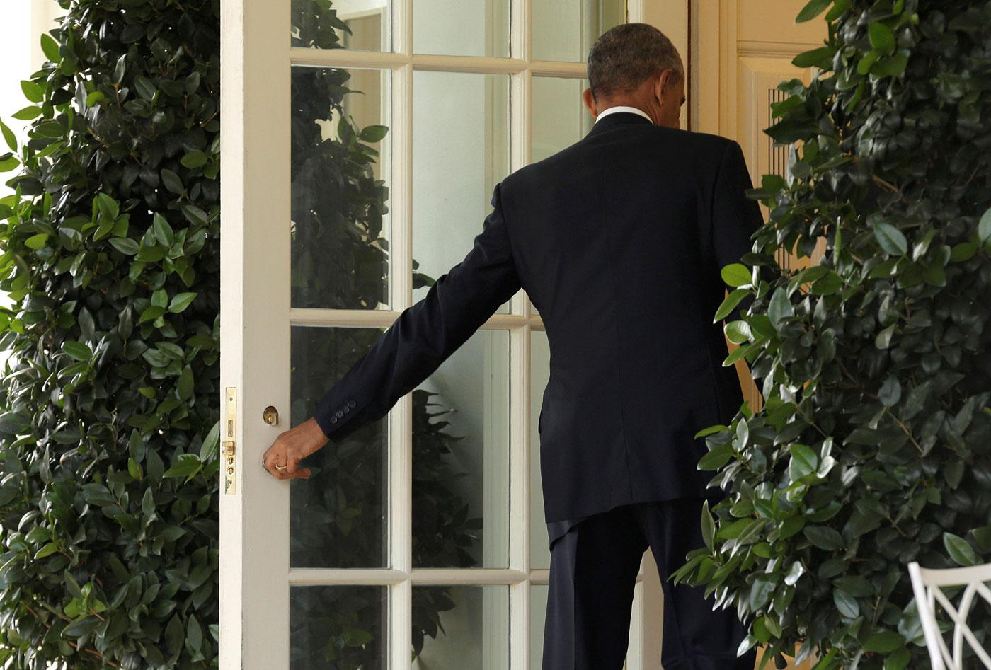 Obama entra al salón Oval de la Casa Blanca (foto Reuters)
