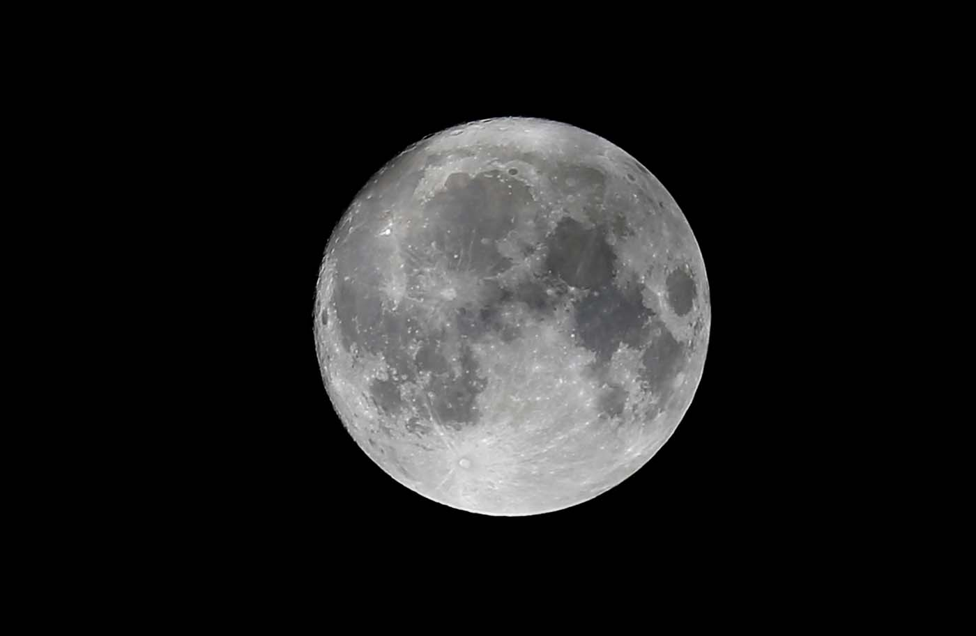 2016-11-13T213950Z_1368590211_S1BEUMRACKAB_RTRMADP_3_SUPERMOON-SIGHTING-AUSTRIA