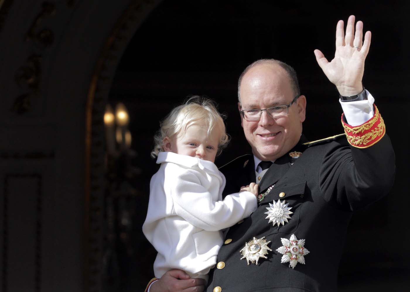 Prince Albert II of Monaco holds his son Prince Jacques as they stands at the Palace Balcony during Monaco's National Day November 19, 2016. REUTERS/Eric Gaillard