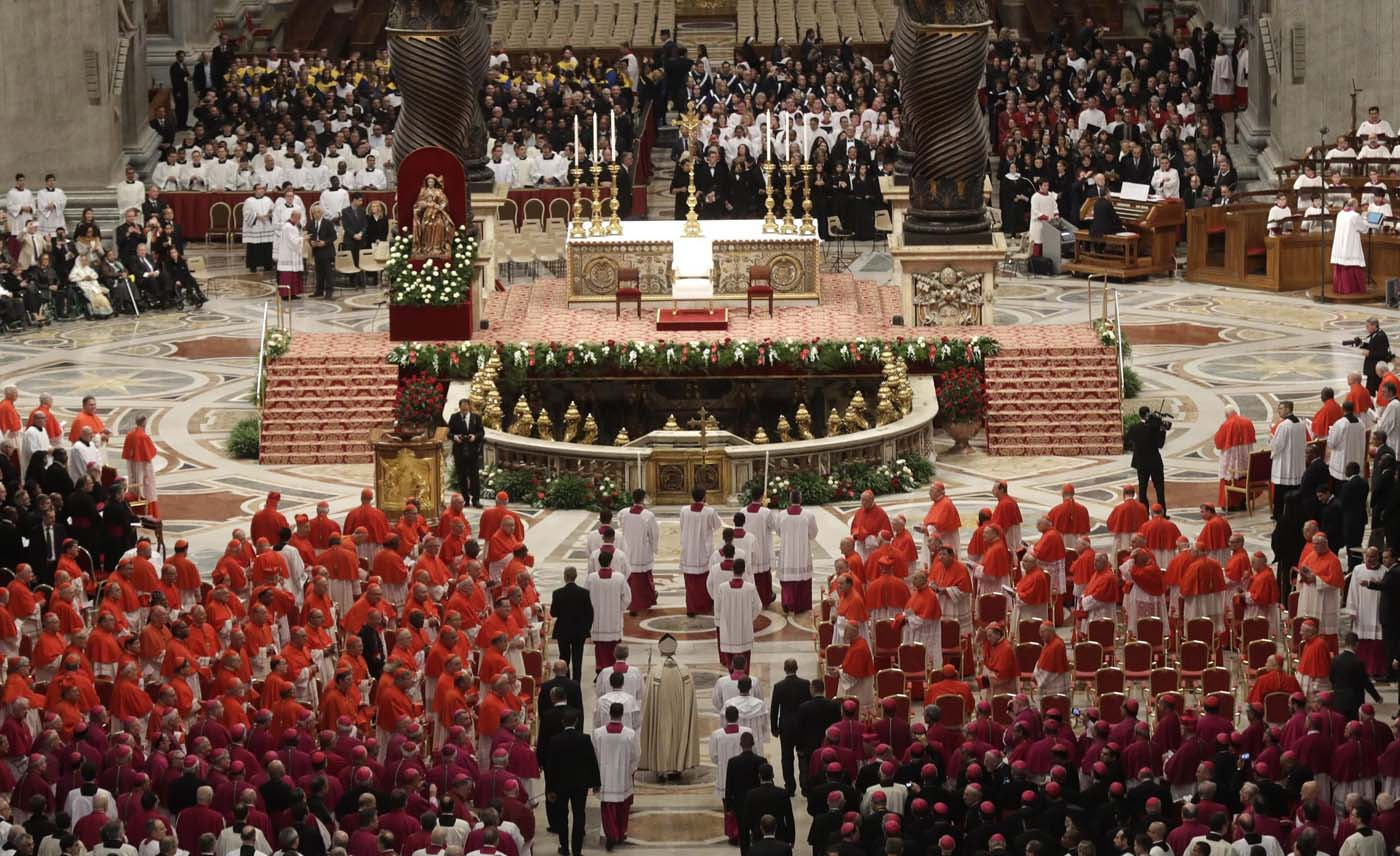 ALT109. Vatican City (Vatican City State (holy See)), 19/11/2016.- Pope Francis (C) arrives for the Consistory ceremony at the St. Peter's Basilica in Vatican, 19 November 2016. Pope Francis has named 17 new cardinals, 13 of them under age 80 and thus eligible to vote in a conclave to elect his successor. (Papa) EFE/EPA/GREGORIO BORGIA/POOL