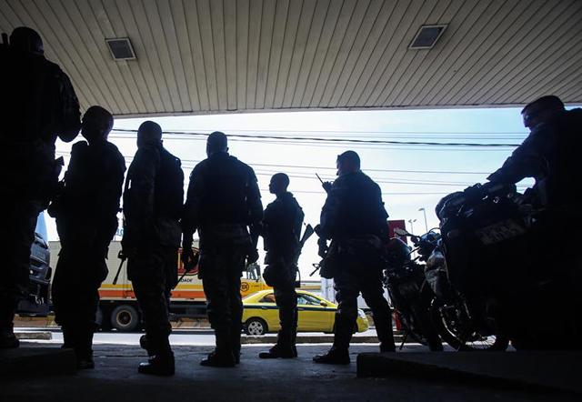 Brasil: mueren cuatro policías al caer un helicóptero que perseguía a pandilleros