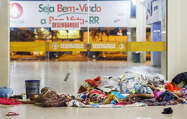 Sin recursos, indígenas venezolanos de la etnia warao duermen en el suelo de la estación de autobuses de Boa Vista. Foto: Eduardo Knapp