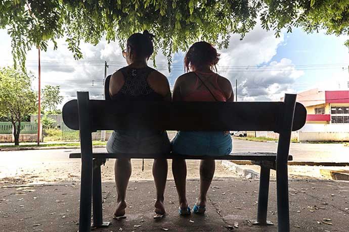 Prostitutas venezolanas esperan clientes en un banco de Boa Vista / Folha S Paulo