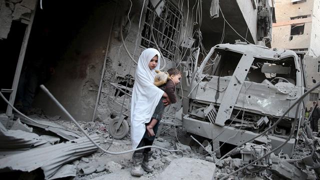 Siria. Más de dos millones de niños han abandonado la escuela y requieren de ayuda humanitaria a causa de la guerra. Se estima que la mitad de los refugiados que viven en condiciones de pobreza en países aledaños son menores de edad.
