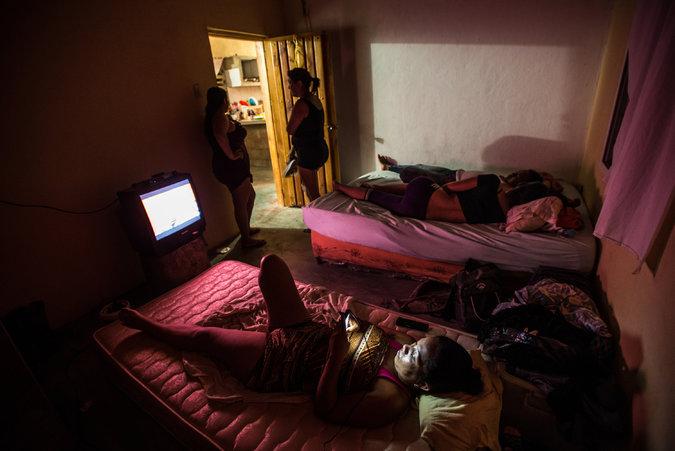 Migrantes esperando en una casa la llegada del barco que los sacará de Venezuela Credit Meridith Kohut para The New York Times