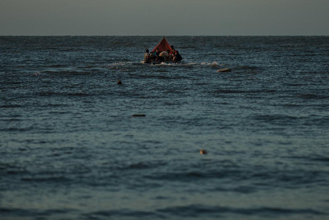 Migrantes que salen de Venezuela en una lancha de contrabandistas Credit Meridith Kohut para The New York Times