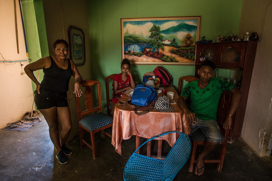 María Piñero, a la izquierda, con su hijo, Roger Bello, y Yaisbel, su novia de 19 años que está embarazada de seis meses Credit Meridith Kohut para The New York Times
