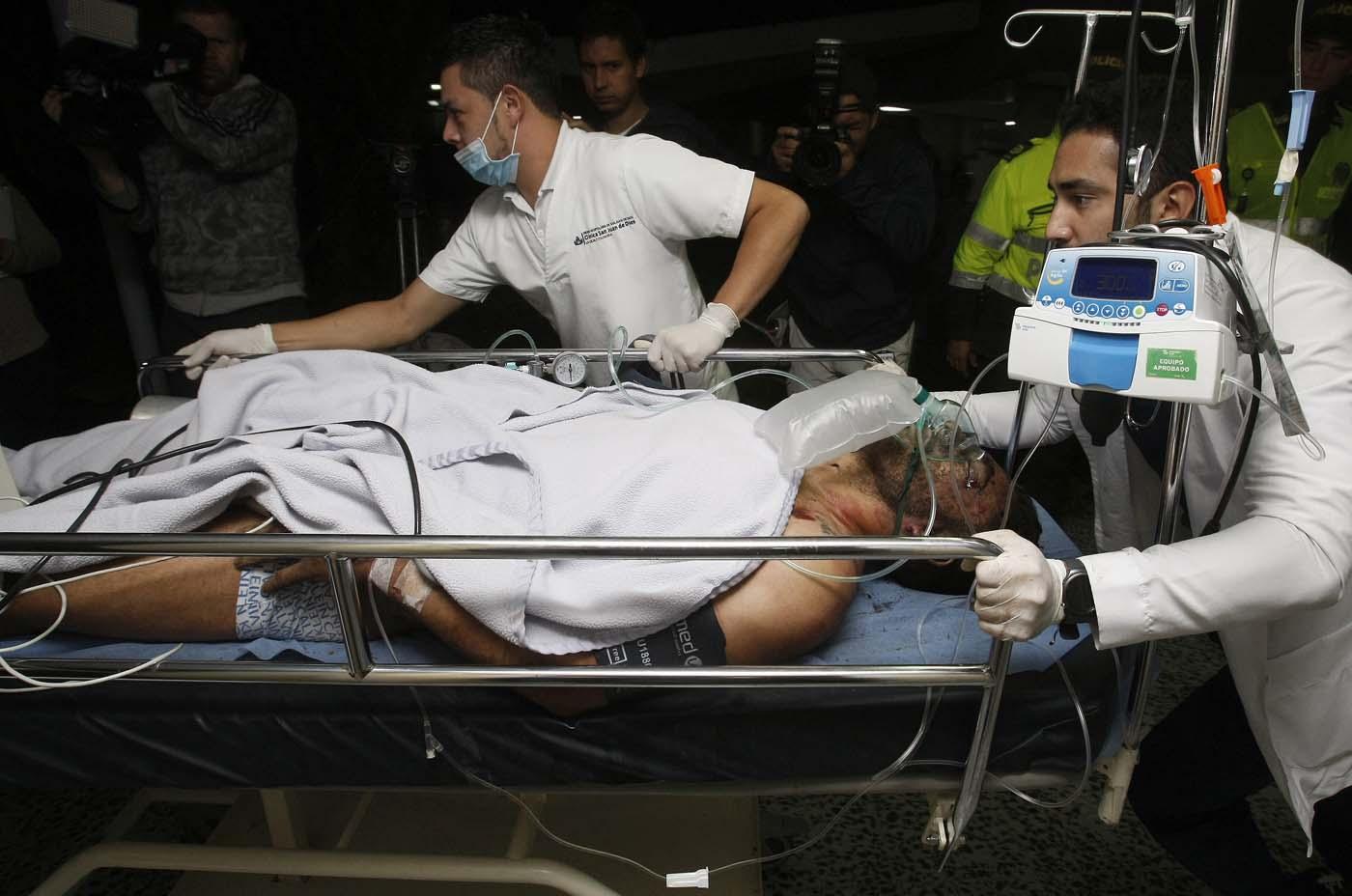 GRA001. LA CEJA (COLOMBIA), 29/11/2016.- Miembros de la Clínica San Juan de Dios reciben hoy, martes 29 de noviembre de 2016 en La Ceja (Colombia), al jugador del equipo brasileño Chapecoense Alan Ruschel. El futbolista brasileño Alan Ruschel es el primer superviviente del accidente del avión que transportaba al equipo de fútbol Chapecoense, que se estrelló anoche cuando se aproximaba al aeropuerto José María Córdoba de la ciudad colombiana de Medellín, según constató Efe en el hospital de la localidad de La Ceja, a donde empezaron a llegar los heridos. Ruschel, lateral izquierdo de 27 años, llegó conmocionado en una ambulancia, pese a lo cual preguntaba insistentemente por su familia y pedía que le guardaran el anillo de matrimonio. EFE/LUIS EDUARDO NORIEGA A.