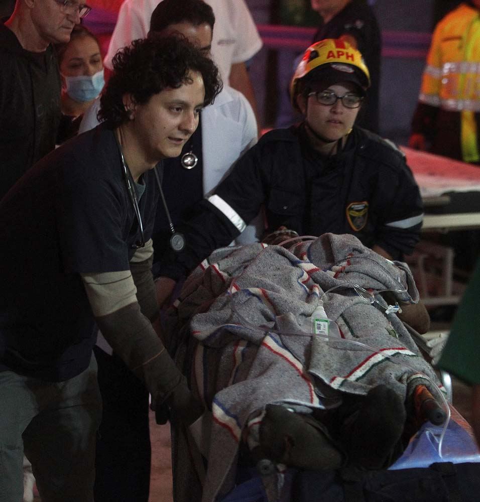 GRA002. LA CEJA (COLOMBIA), 29/11/2016.- Miembros de la Clínica San Juan de Dios reciben hoy, martes 29 de noviembre de 2016 en La Ceja (Colombia), al jugador del equipo brasileño Chapecoense Alan Ruschel. El futbolista brasileño Alan Ruschel es el primer superviviente del accidente del avión que transportaba al equipo de fútbol Chapecoense, que se estrelló anoche cuando se aproximaba al aeropuerto José María Córdoba de la ciudad colombiana de Medellín, según constató Efe en el hospital de la localidad de La Ceja, a donde empezaron a llegar los heridos. Ruschel, lateral izquierdo de 27 años, llegó conmocionado en una ambulancia, pese a lo cual preguntaba insistentemente por su familia y pedía que le guardaran el anillo de matrimonio. EFE/LUIS EDUARDO NORIEGA A.
