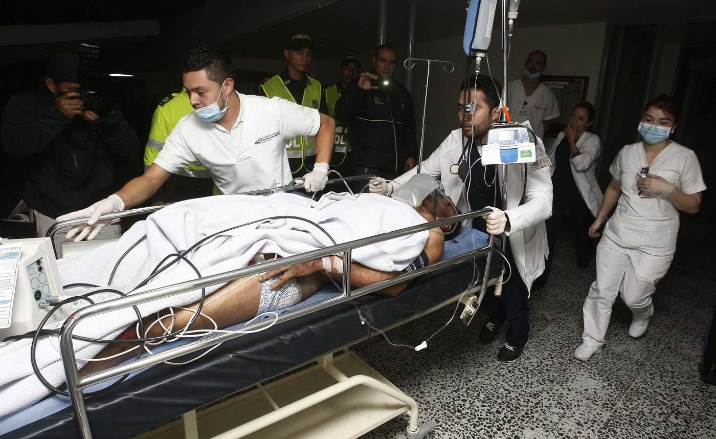 GRA003. LA CEJA (COLOMBIA), 29/11/2016.- Miembros de la Clínica San Juan de Dios reciben hoy, martes 29 de noviembre de 2016 en La Ceja (Colombia), al jugador del equipo brasileño Chapecoense Alan Ruschel. El futbolista brasileño Alan Ruschel es el primer superviviente del accidente del avión que transportaba al equipo de fútbol Chapecoense, que se estrelló anoche cuando se aproximaba al aeropuerto José María Córdoba de la ciudad colombiana de Medellín, según constató Efe en el hospital de la localidad de La Ceja, a donde empezaron a llegar los heridos. Ruschel, lateral izquierdo de 27 años, llegó conmocionado en una ambulancia, pese a lo cual preguntaba insistentemente por su familia y pedía que le guardaran el anillo de matrimonio. EFE/LUIS EDUARDO NORIEGA A.