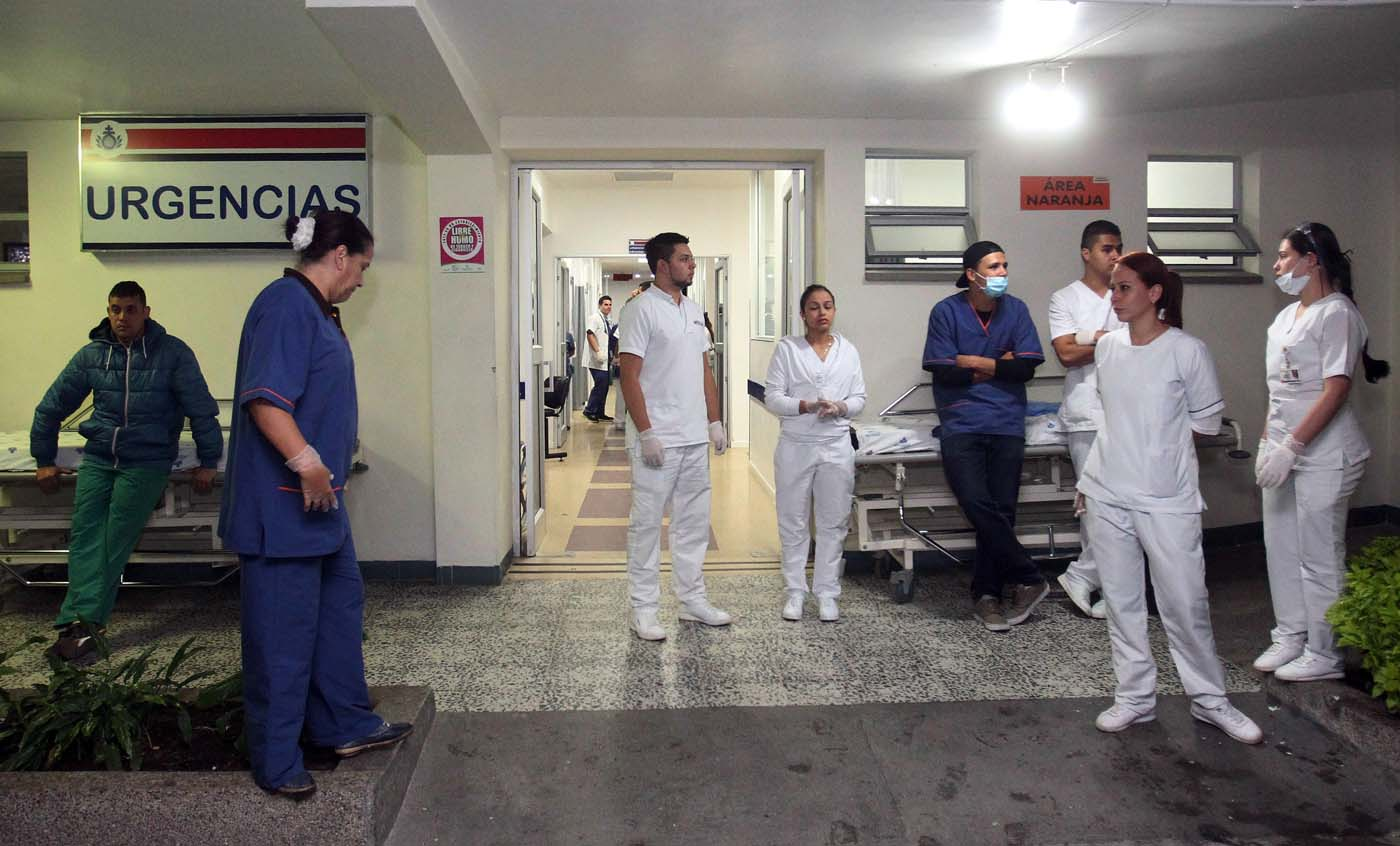 GRA004. LA CEJA (COLOMBIA), 29/11/2016.- Personal de la Clínica San Juan de Dios, en La Ceja, esperan la llegada de heridos en el accidente de un avión con 81 personas a bordo, entre ellas el equipo de fútbol Chapecoense de Brasil, que se estrelló anoche cuando se aproximaba al aeropuerto José María Córdoba de la ciudad colombiana de Medellín. El futbolista brasileño Alan Ruschel es el primer superviviente del accidente, según constató Efe en el centro hospitalario. Ruschel, lateral izquierdo de 27 años, llegó conmocionado en una ambulancia, pese a lo cual preguntaba insistentemente por su familia y pedía que le guardaran el anillo de matrimonio. EFE/LUIS EDUARDO NORIEGA A.