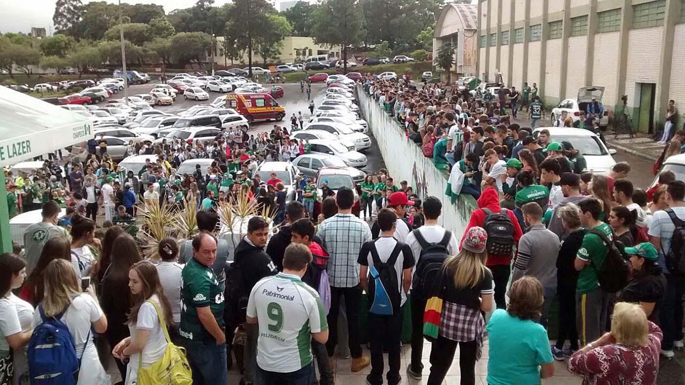 GRA101 CHAPECÓ (BRASIL), 29/11/2016.- Aficcionados del equipo Chapecoense frente a la sede del club hoy, 29 de noviembre de 2016 ,en la ciudad de Chapecó al sur de Brasil tras conocerse el accidente del avión en el que viajaba el equipo para disputar el primer partido de la final de la Copa Sudamericana que tenian previsto jugar contra el Atletico Nacional en Colombia y que se estrelló anoche cuando se dirigía al aeropuerto José María Córdoba de Medellín.EFE / BIA PIVA / DIÁRIO DO IGUAÇU / SOLAMENTE USO EDITORIAL / NO VENTA / NO ARCHIVO