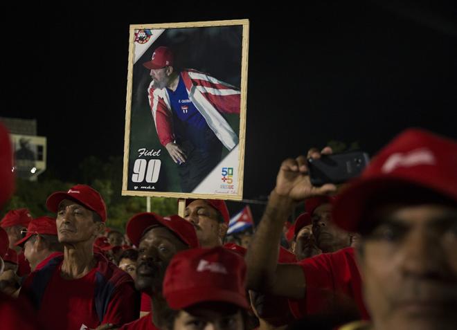 HAB29 LA HABANA (CUBA) 29/11/16.- Miles de personas asisten hoy, martes 29 de noviembre de 2016, al acto celebrado para despedir al fallecido líder cubano Fidel Castro, en la Plaza de la Revolución de La Habana (Cuba). Al acto también asisten mandatarios y personalidades de varios países. EFE/Orlando Barría