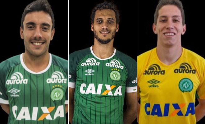 De izquierda a derecha, los futbolistas Alan Ruschel, Hélio Zampier y Jackson Follman