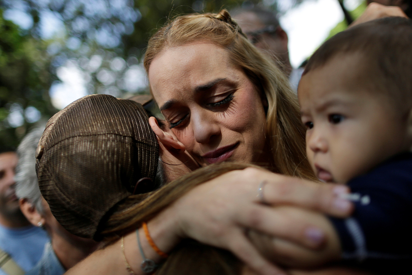 Lilian Tintori, wife of jailed Venezuelan opposition leader Leopoldo Lopez, greets a woman after a gathering to donate supplies at the Dr. Jose Gregorio Hernandez Hospital in Caracas, Venezuela November 30, 2016. REUTERS/Ueslei Marcelino