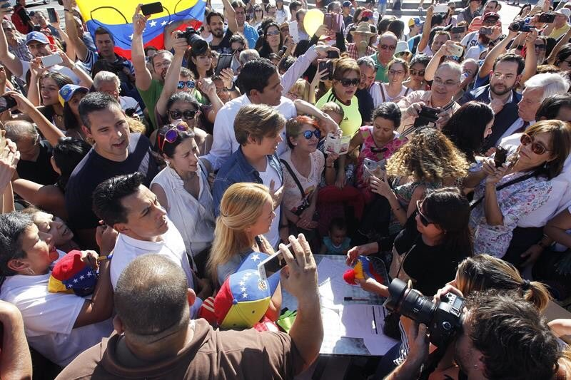 Esposa de opositor Leopoldo López dona medicinas vencidas — Vídeo