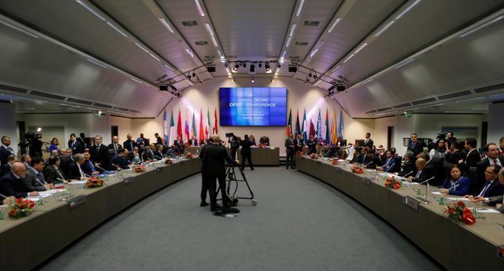 Imagen de la reunión de la Organización de Países Exportadores de Petróleo (OPEP) en Viena, Austria, 30 de noviembre, 2016. La Organización de Países Exportadores de Petróleo (OPEP) alcanzó su primer acuerdo para reducir la producción de crudo desde el 2008, dijo el miércoles a Reuters una fuente del grupo. REUTERS/Heinz-Peter Bader