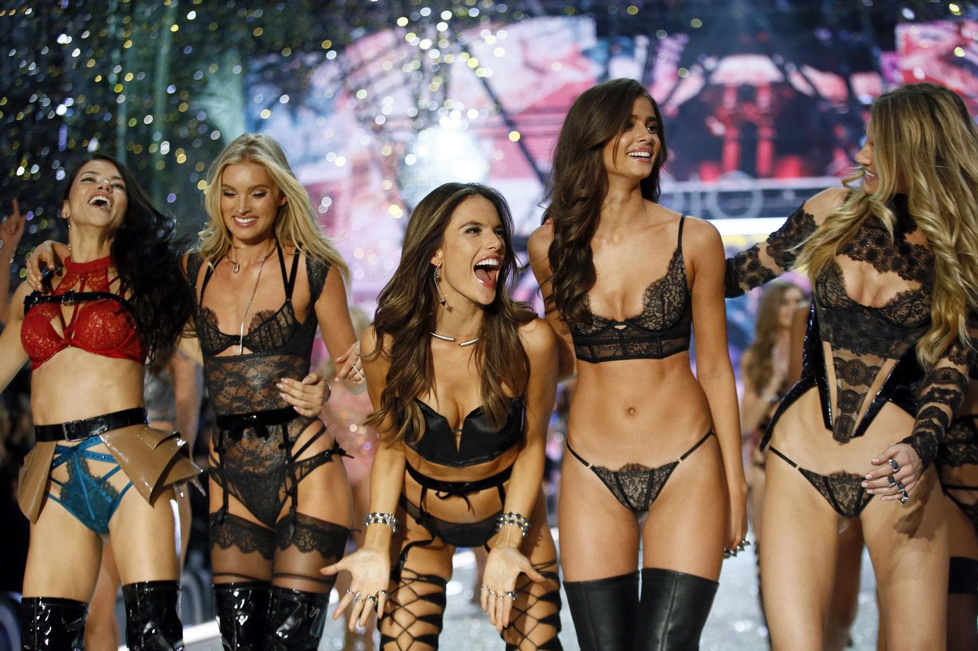 De izquierda a derecha, las modelos Adriana Lima, Lily Donaldson, Alessandra Ambrosio, Taylor Hill y Martha Hunt agradecen los aplausos durante el desfile de Victoria's Secret en el Grand Palais de París, el miércoles 30 de noviembre de 2016. (AP Foto/Francois Mori)