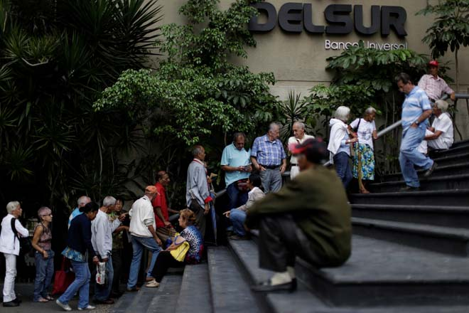 Retirees line up to withdraw money from a bank in Caracas, Venezuela December 2, 2016. REUTERS/Ueslei Marcelino