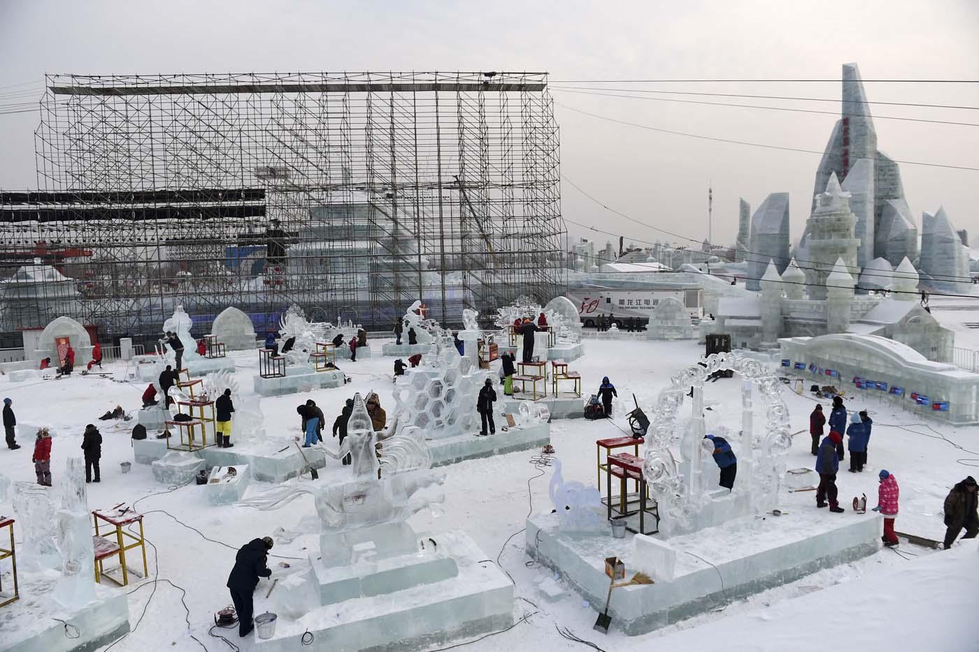 En esta imagen, tomada el 3 de enero de 2017 y distribuida por la agencia china de noticias Xinhua, participantes tallan esculturas de hielo durante el concurso de esculturas del  Festival Internacional de Hielo y Nueve de Harbin, en la provincia de Heilongjiang, en el noreste de China. La ciudad de Harbin, en el gélido noreste de China, da los últimos retoques previos a la apertura de uno de los festivales de hielo más grandes del mundo, que el año pasado atrajo a más de un millón de visitantes. (Wang Jianwei/Xinhua via AP)