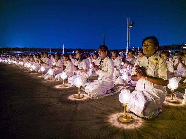 """Cuando visite un templo budista es necesario quitarse el calzado y ponerse una blusa blanca. """"No toque a un monje si es una mujer, incluso para apretarle la mano""""."""