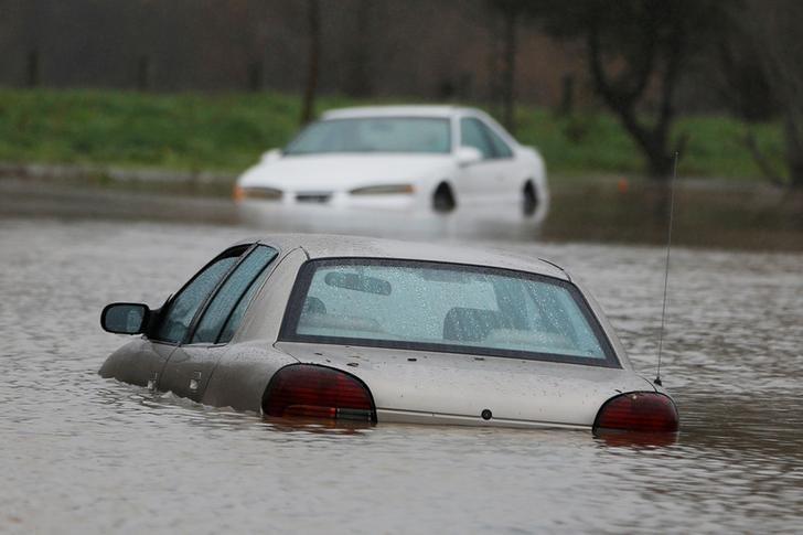 Vehículos parcialmente inundados durante una tormenta en Petaluma, California. 8 de enero 2017. Las regiones occidentales de Estados Unidos se preparaban el martes para recibir poderosas tormentas con fuertes vientos y nieve, un día después de que miles de personas se vieran forzadas a dejar sus viviendas para escapar de inundaciones, dijeron meteorólogos.REUTERS/Stephen Lam