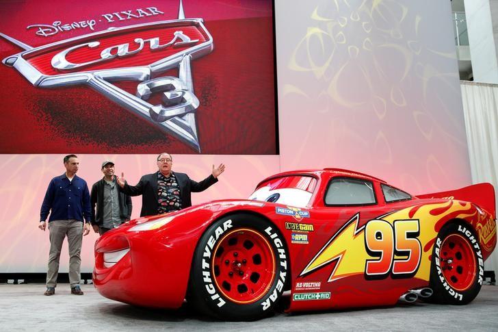 El ejecutivo de Disney, John Lasseter, presenta al 'Rayo McQueen' de la película 'Cars 3' en el Salón del Automóvil de Detroit
