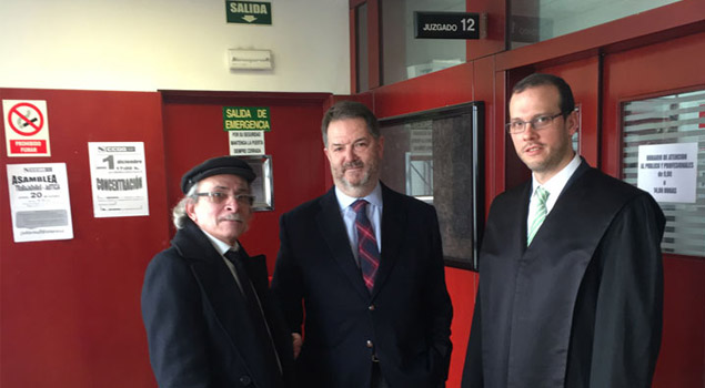 El periodista de Tal Cual Víctor Suárez, Bieitio Rubido, director del ABC y el abogado defensor de TalCual en España, César Moreno / Foto Tal Cual