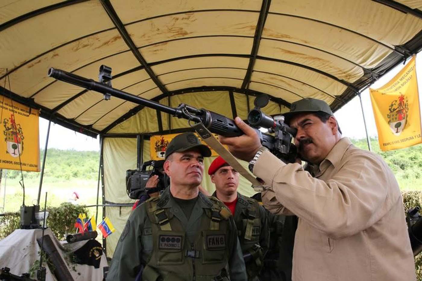 """El presidente venezolano Nicolas Maduro participa de ejercicios militares en Charallave. 14 de enero de 2017. Con el dedo en el gatillo y usando un sombrero verde oliva, el presidente de Venezuela Nicolás Maduro supervisó el sábado frente a las cámaras de televisión un despliegue de ejercicios militares que buscan preparar al país para un posible ataque """"imperialista"""". Palacio de Miraflores/via REUTERS. ATENCIÓN EDITORES - SOLO PARA USO EDITORIAL. NO ESTÁ A LA VENTA Y NO SE PUEDE USAR EN CAMPAÑAS PUBLICITARIAS. ESTA IMAGEN HA SIDO ENTREGADA POR UN TERCERO Y SE DISTRIBUYE COMO UN SERVICIO A LOS CLIENTES."""
