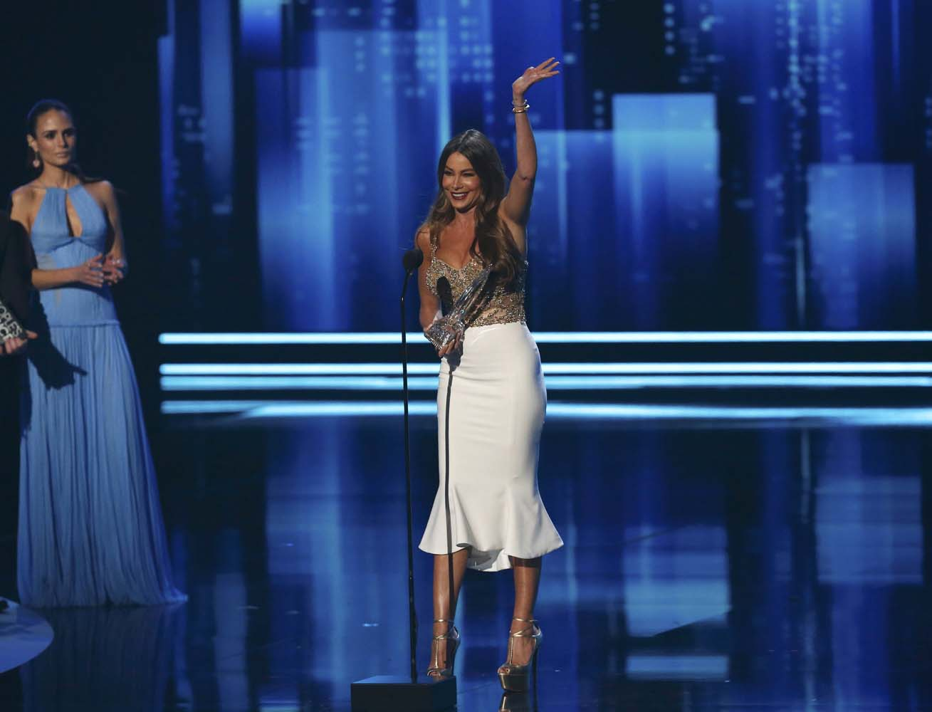 Sofia Vergara accepts the award for Favorite TV Comedy Actress at the People's Choice Awards 2017 in Los Angeles, California, U.S., January 18, 2017.  REUTERS/Mario Anzuoni