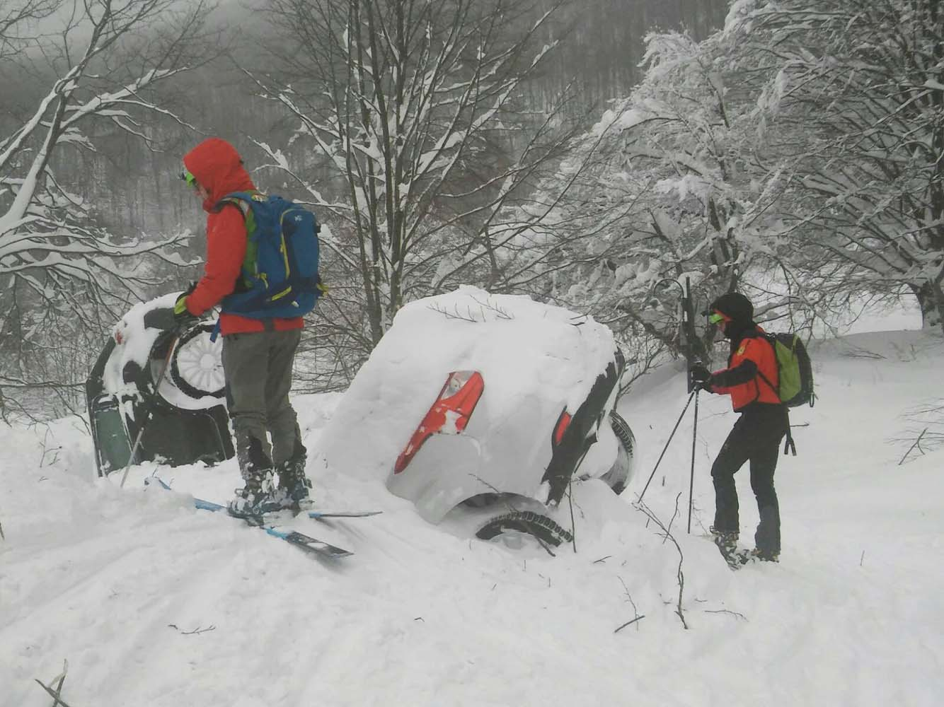Members of Lazio's Alpine and Speleological Rescue Team are seen next to cars covered in snow in front of the Hotel Rigopiano in Farindola, central Italy, hit by an avalanche, in this January 19, 2017 handout picture provided by Lazio's Alpine and Speleological Rescue Team. Soccorso Alpino Speleologico Lazio/Handout via REUTERS ATTENTION EDITORS - THIS IMAGE WAS PROVIDED BY A THIRD PARTY. EDITORIAL USE ONLY. NO RESALES. NO ARCHIVE.