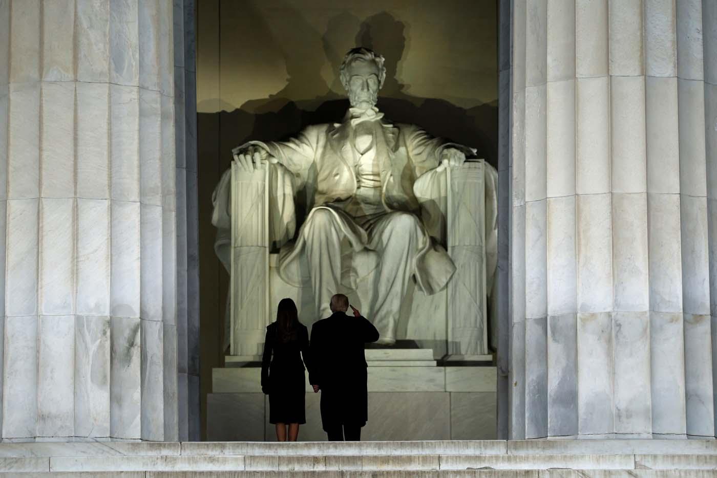 """Donald Trump saluda a la estatua de Abraham Lincoln mientras asiste a su concierto de """"Make America Great Again"""" en Washington, Estados Unidos. 19 de enero.Donald Trump será investido el viernes como el cuadragésimo quinto presidente de Estados Unidos y asumirá la conducción de un país dividido luego una dura campaña electoral, adentrándolo en una senda nueva e incierta tanto a nivel local como internacional. REUTERS/Jonathan Ernst"""
