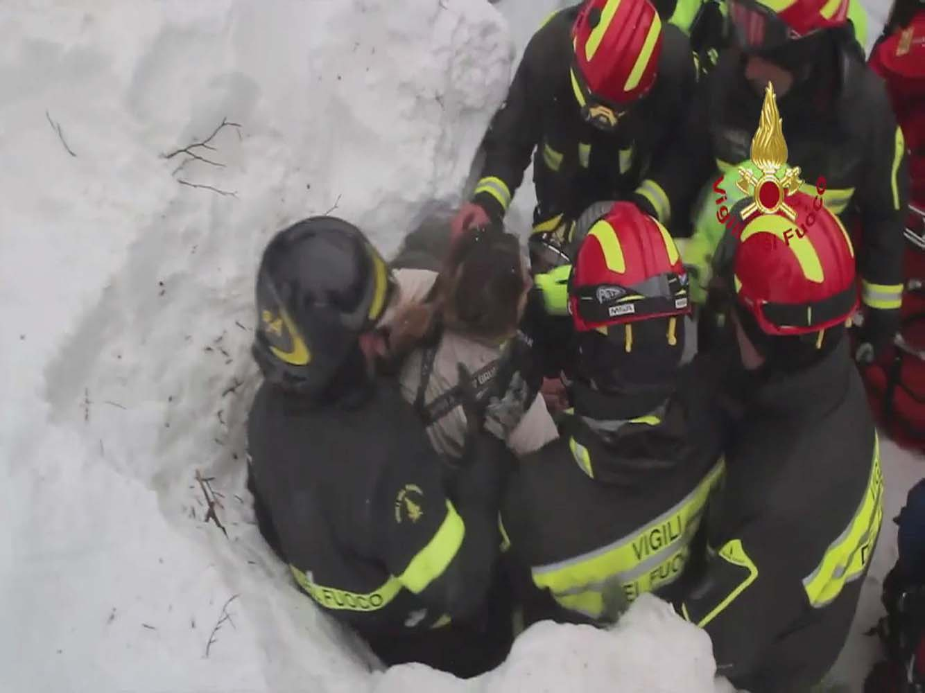 Firefighters rescue a survivor from Hotel Rigopiano in Farindola, central Italy, which was by an avalanche, in this handout picture released on January 20, 2017 by Italy's Fire Fighters. Vigili del Fuoco/Handout via REUTERS ATTENTION EDITORS - THIS IMAGE WAS PROVIDED BY A THIRD PARTY. EDITORIAL USE ONLY.