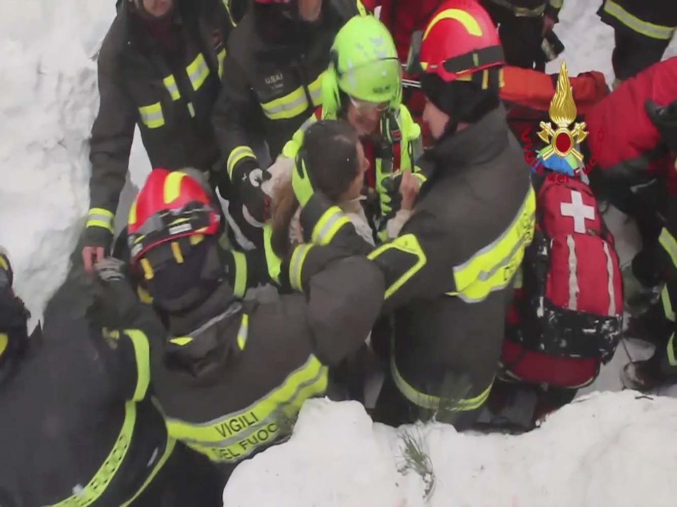 Firefighters rescue a survivor from Hotel Rigopiano in Farindola, central Italy, which was hit by an avalanche, in this handout picture released on January 20, 2017 by Italy's Fire Fighters. Vigili del Fuoco/Handout via REUTERS ATTENTION EDITORS - THIS IMAGE WAS PROVIDED BY A THIRD PARTY. EDITORIAL USE ONLY.