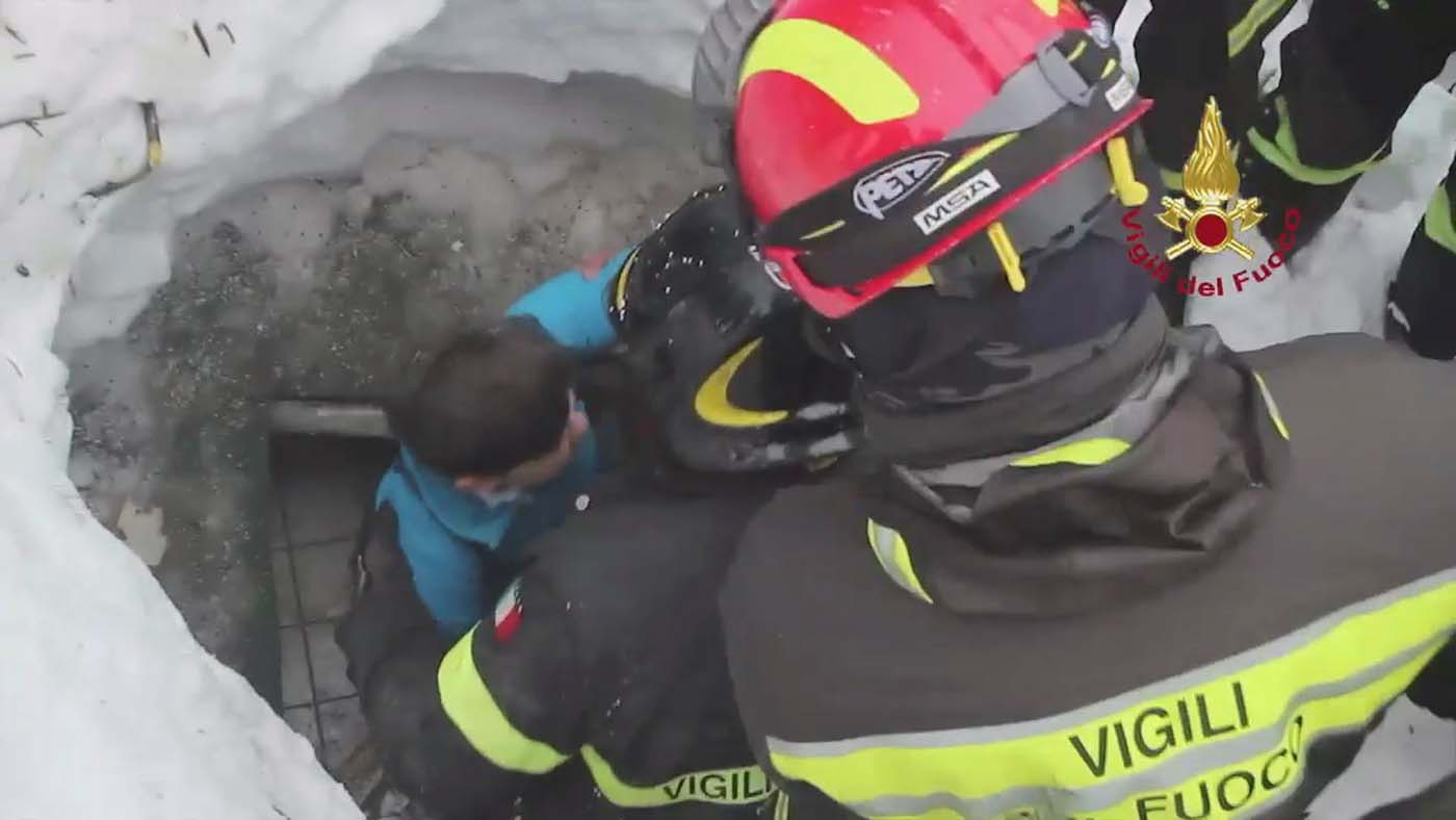 Firefighters rescue a survivor from Hotel Rigopiano in Farindola, central Italy, hit by an avalanche, in this handout picture released on January 20, 2017 provided by Italy's Fire Fighters. Vigili del Fuoco/Handout via REUTERS ATTENTION EDITORS - THIS IMAGE WAS PROVIDED BY A THIRD PARTY. EDITORIAL USE ONLY.