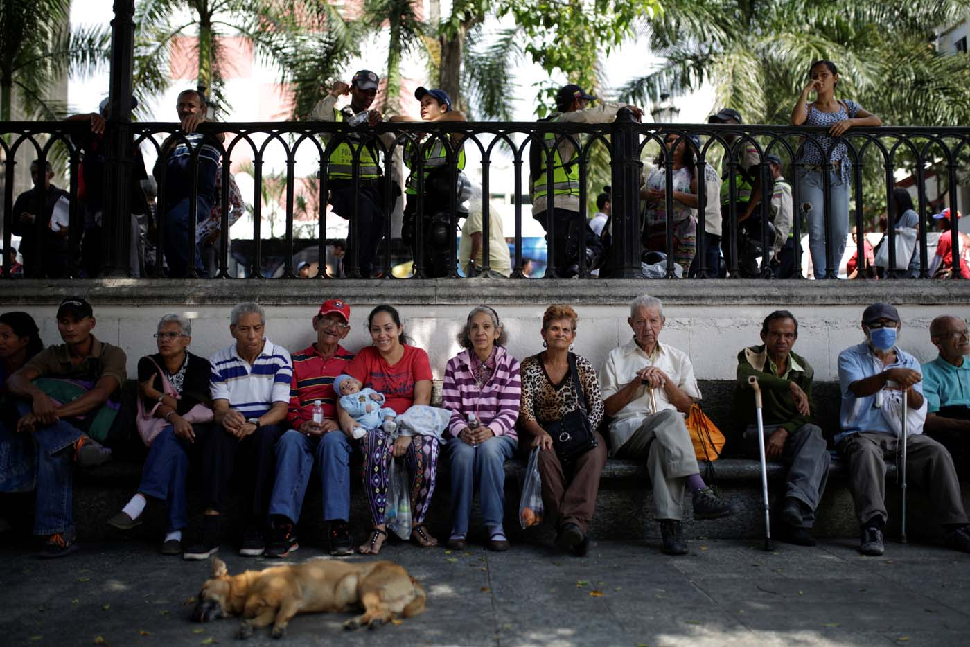 People wait toapply for a card that will register them for government social programmes, in Caracas, Venezuela January 20, 2017. REUTERS/Marco Bello