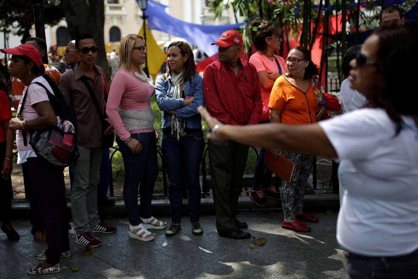 People wait to apply for a card that will register them for government social programmes, in Caracas, Venezuela January 20, 2017. REUTERS/Marco Bello