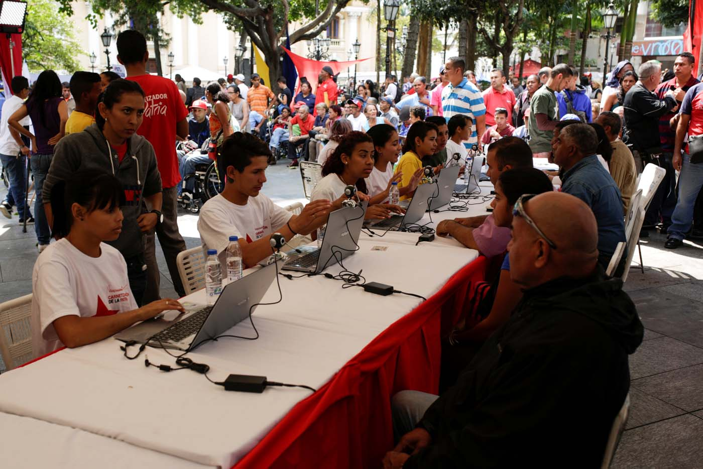 People apply for a card that will register them for government social programmes, in Caracas, Venezuela January 20, 2017. REUTERS/Marco Bello