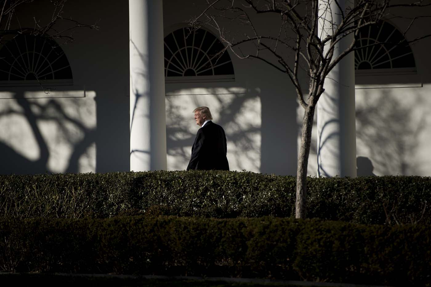 US President Donald Trump walks from the Residence to the West Wing of the White House after returning from Philadelphia on January 26, 2017 in Washington, DC. / AFP PHOTO / Brendan Smialowski
