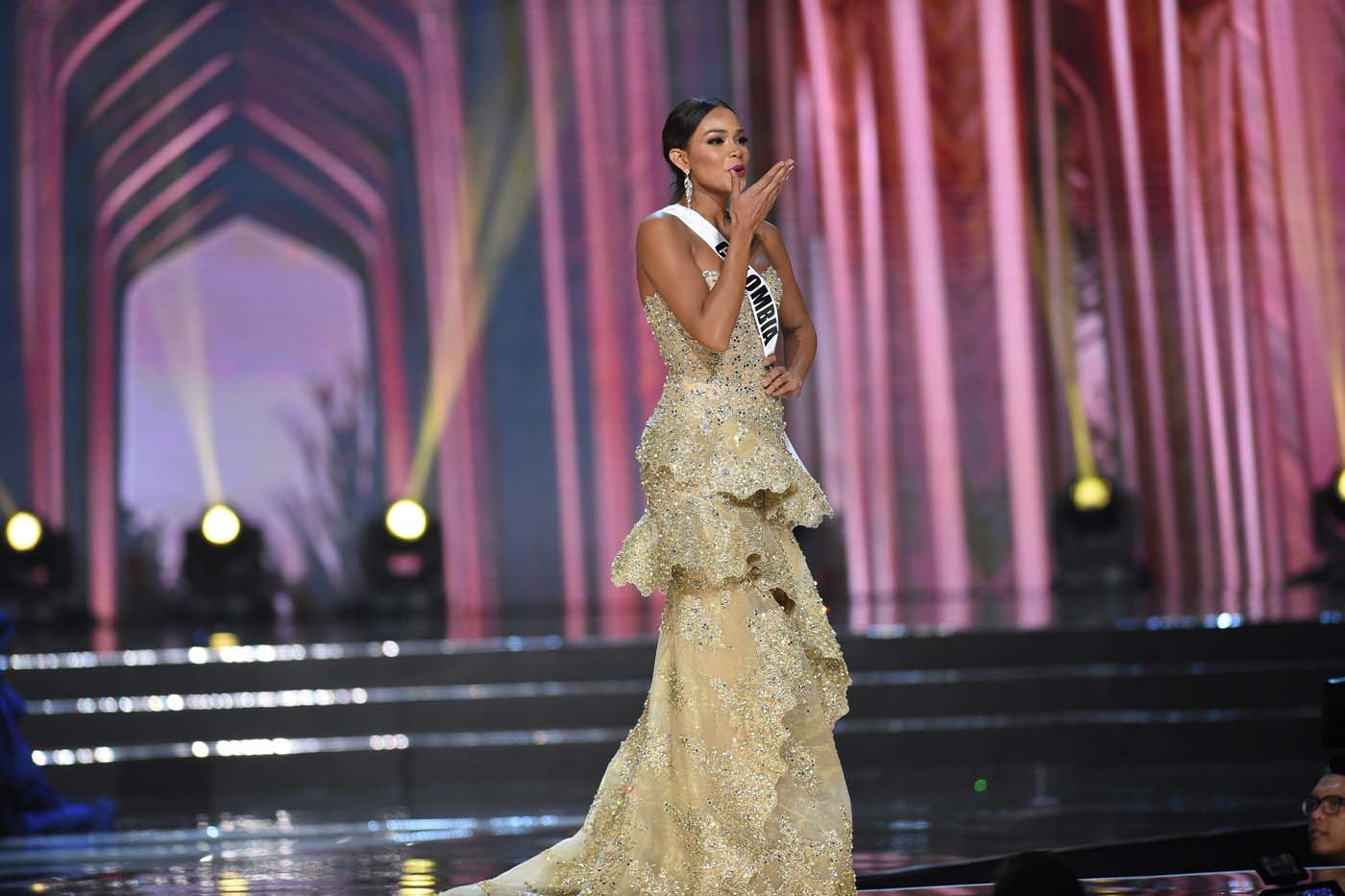 This photo taken on January 26, 2017 shows Miss Universe contestant Andrea Tovar of Colombia in her long gown during the preliminary competition of the Miss Universe pageant at the Mall of Asia arena in Manila. / AFP PHOTO / TED ALJIBE
