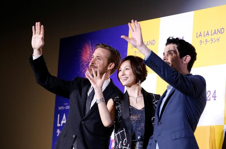 """El actor Ryan Gosling y el director Damien Chazelle posan junto a la actriz japonesa Ryoko Yonekura durante el estreno del musical """"La La Land"""" en Tokio. REUTERS/Kim Kyung-Hoon"""