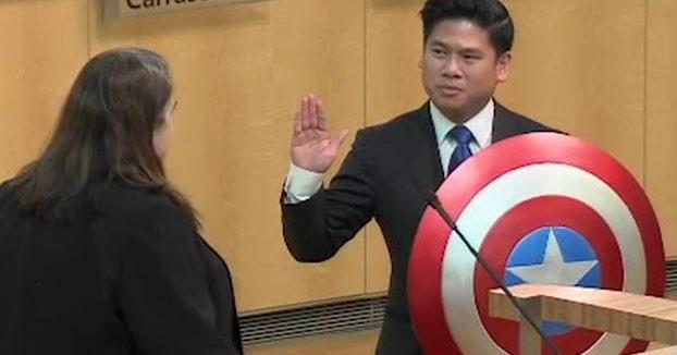 Jura su cargo de concejal con el escudo de Capitán América