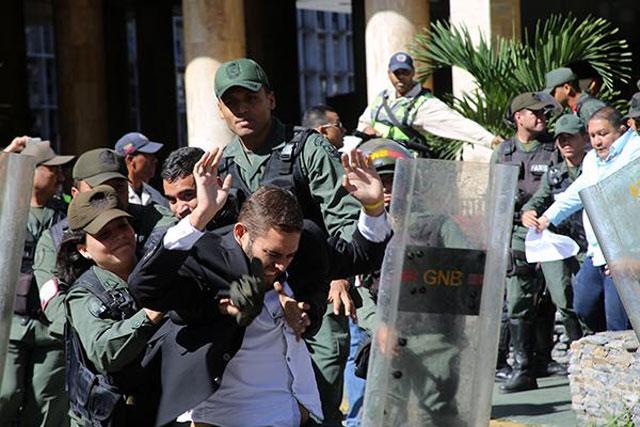 Diputados opositores acudieron al CNE para exigir elecciones