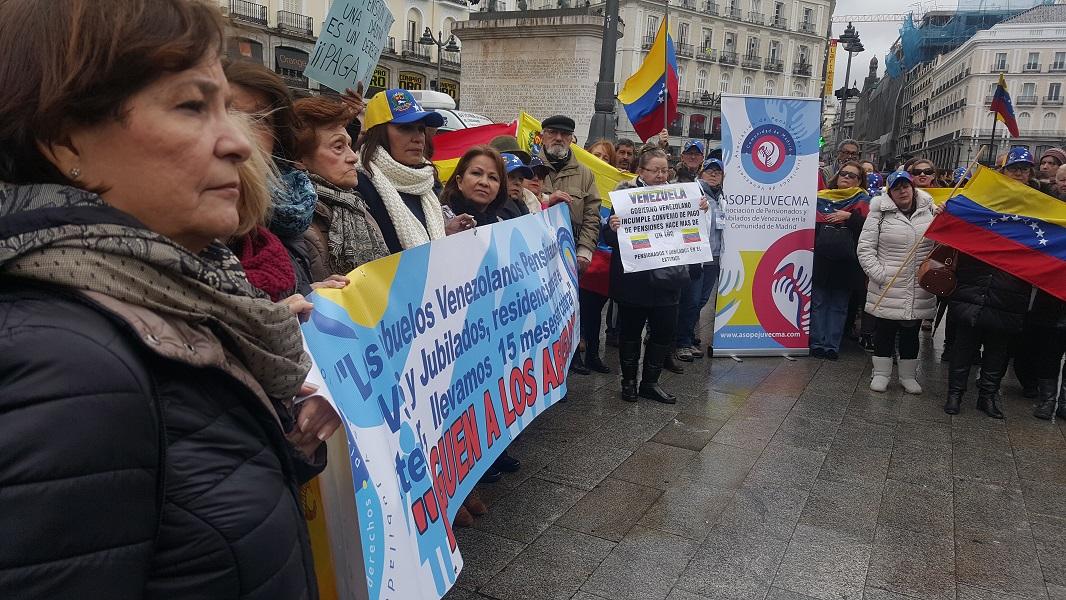 Pensionados venezolanos protestan hoy 4 de febrero, en la Puerta del Sol en Madrid. Foto Carlos Moreno